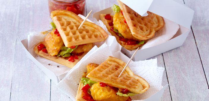 Käse-Waffel-Burger mit Nuggets